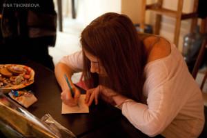 Катя Павлова раздает автографы